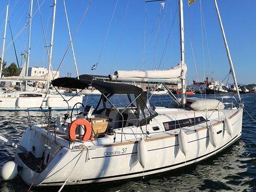 Sailboat Beneteau Oceanis 37 · 2013