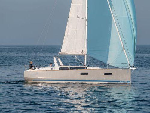 Sailboat Beneteau Oceanis 38 · 2014