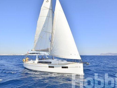 Sailboat Beneteau Oceanis 35 · 2015