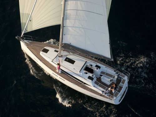 Sailboat Beneteau Oceanis 38 · 2016