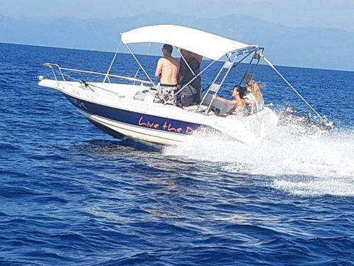 Barco a motor A-Hellas . (2012)