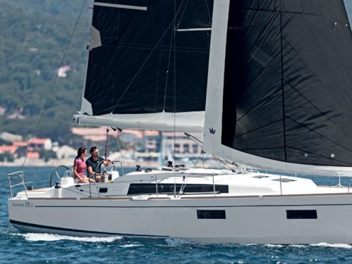 Sailboat Beneteau Oceanis 38 · 2020